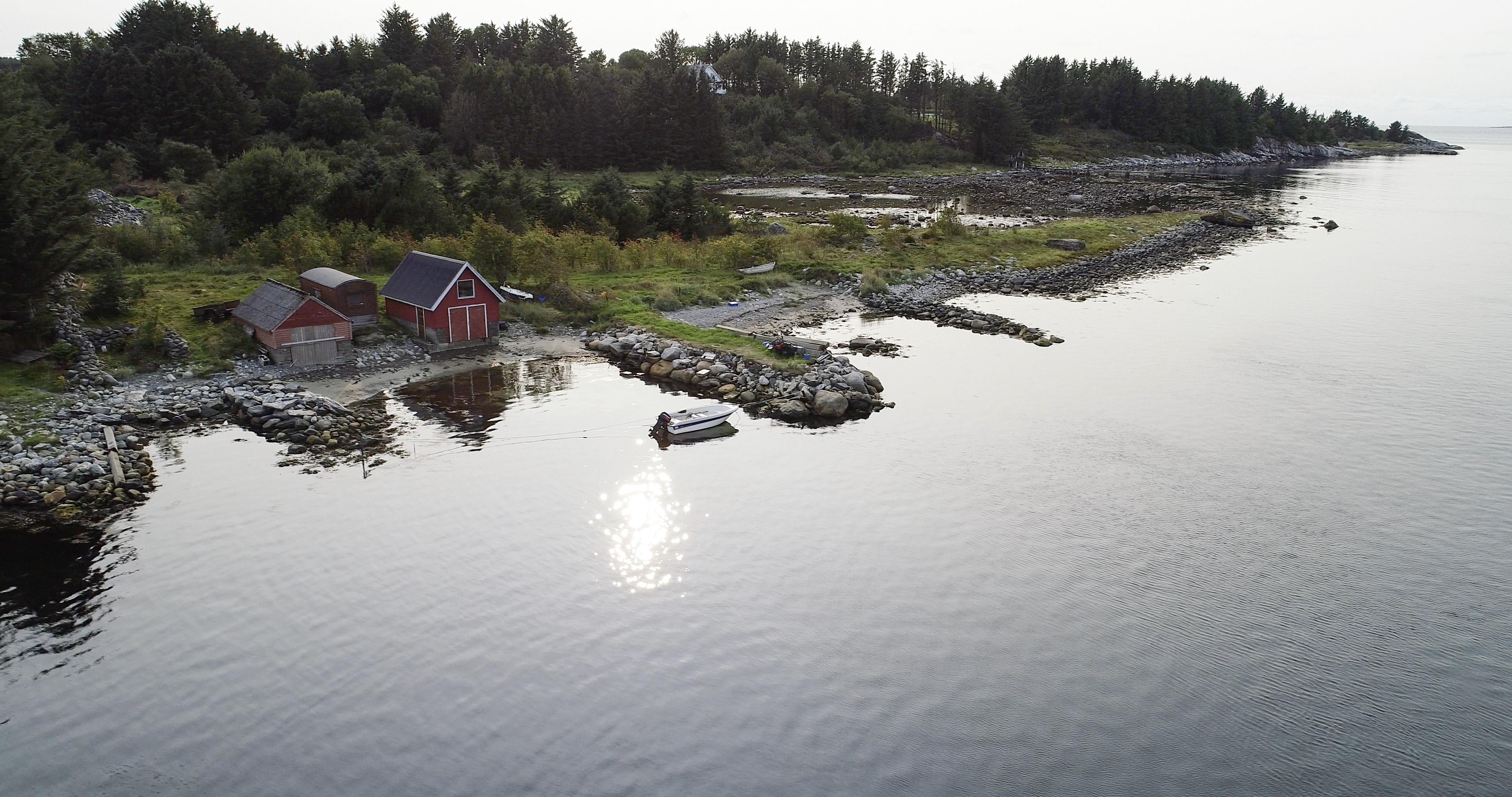 Krabbavigå Jåsund - naust i sjøkanten