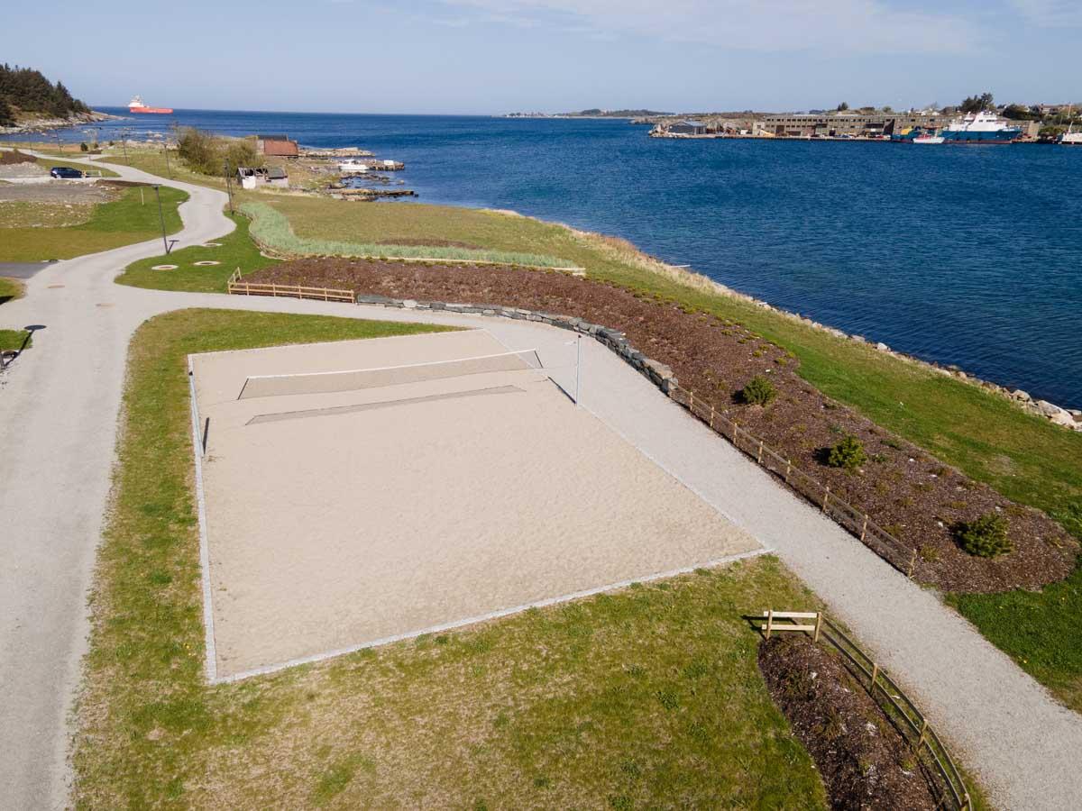 Volleyballbane ved Krabbavigå, rett vid sjøen.