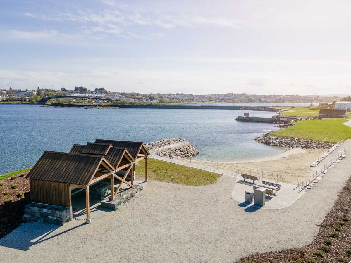 Flotte uteområder ved Krabbavigå – badestrand og gillhytte